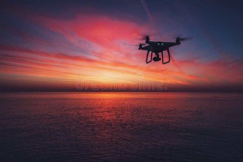 Dron de vol au-dessus de la mer images libres de droits