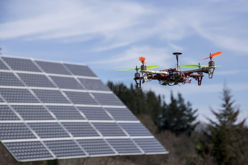 Dron sobre el panel solar fotografía de archivo