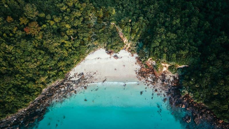 Drone Shot från vit Beach med turkosvatten i Koh Rok, Thailand arkivbild