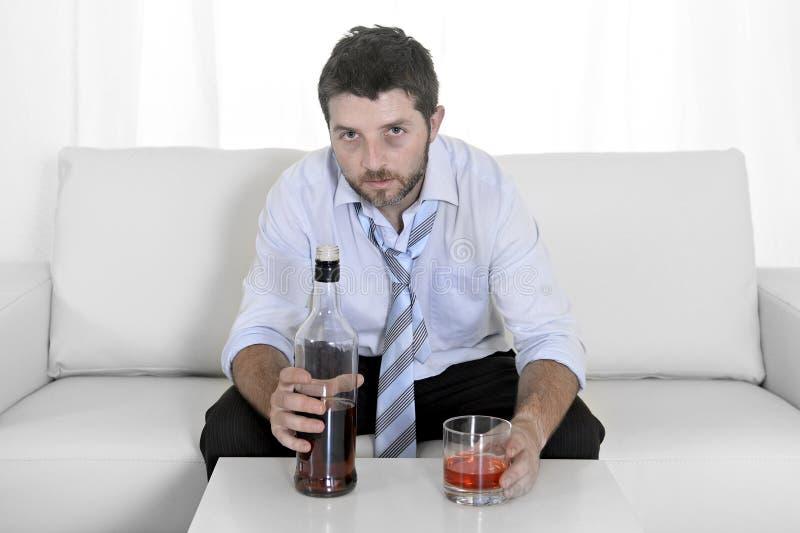Dronken bedrijfs verspilde mens en whiskyfles in alcoholisme royalty-vrije stock afbeeldingen