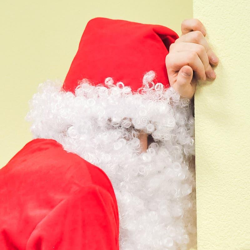 Dronken Kerstman bij de muur voor Kerstmis stock foto's