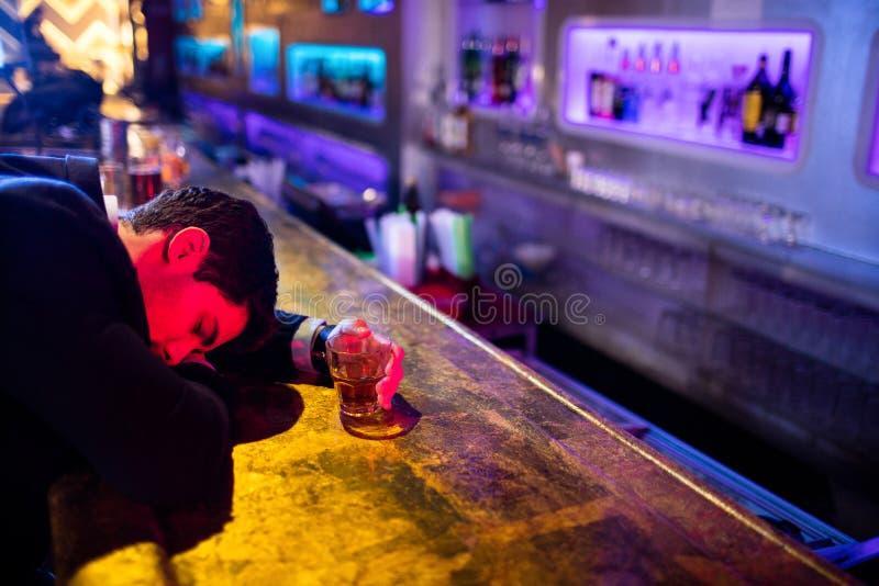 Dronken mensenslaap op barteller royalty-vrije stock foto's