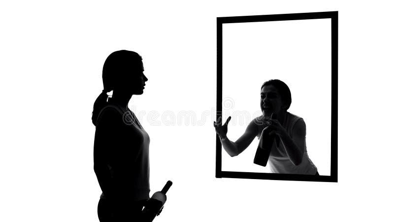 Dronken vrouw die met alcoholfles in spiegel, geweten kijken die vragen op te houden stock afbeeldingen