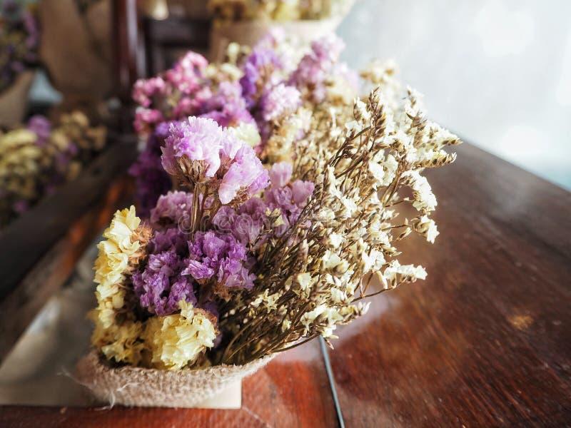 Droog bloemboeket in houten doos stock foto's