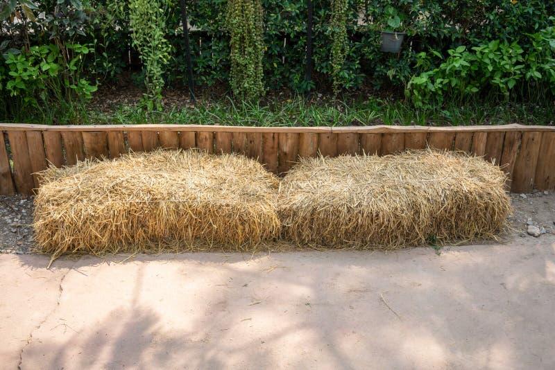 Droog de in balen verpakte stapel van hooibalen, de landelijke achtergrond van het plattelandsstro stock foto's