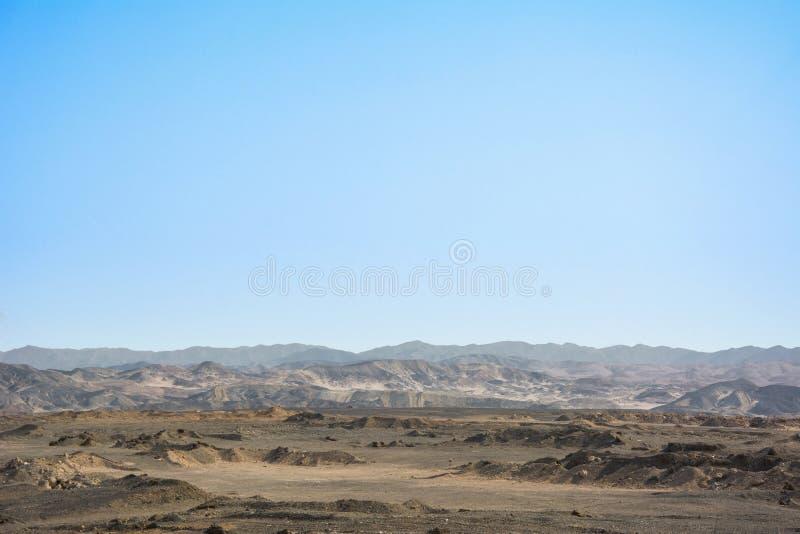 Droog Egyptisch woestijnlandschap onder blauwe hemel stock foto's