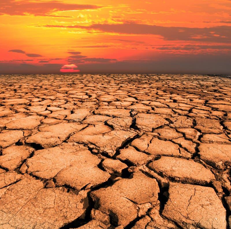 Droog en gebarsten land van natuurramp stock afbeelding