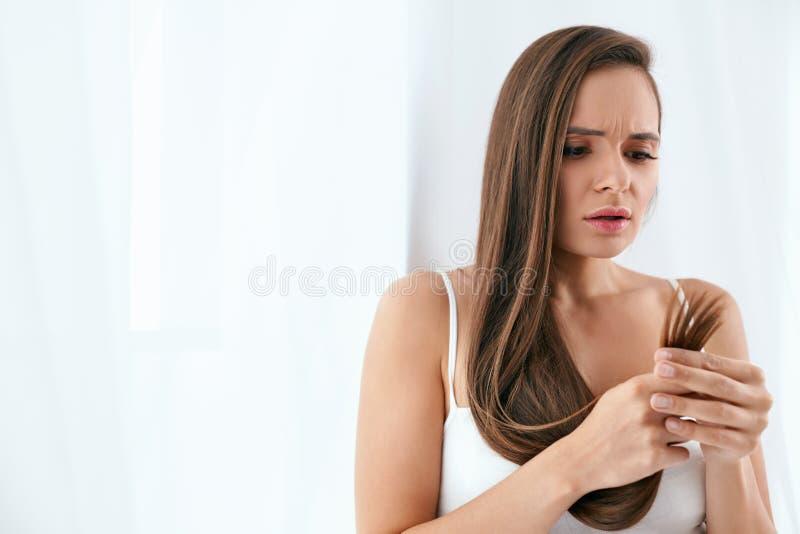 Droog Haar met Gespleten punten Portret van Vrouw met Beschadigd Haar stock foto