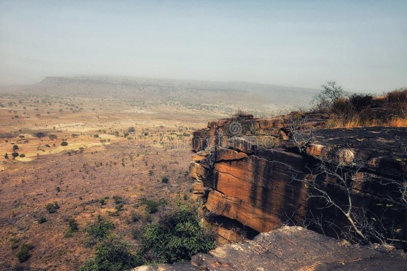 Droog-seaon-gedroogde laat landelijke landschaps rotsachtige steile helling centraal Togo Wes royalty-vrije stock foto