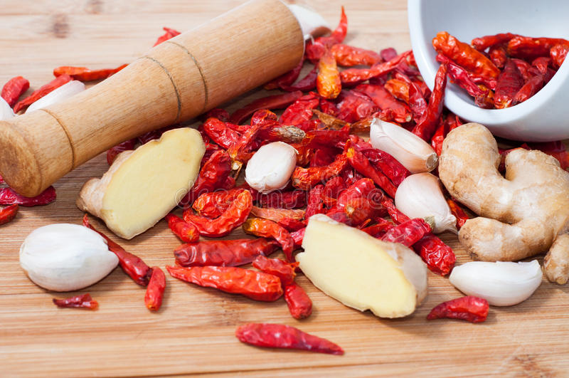 Droog Spaanse peper, gember en knoflook stock afbeelding