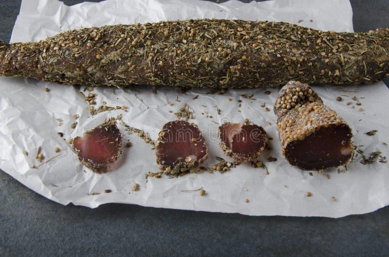 Droog stuk vlees en plakken van het op Witboek stock foto