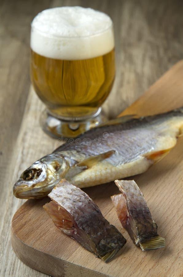 Droog vissen en bier royalty-vrije stock foto