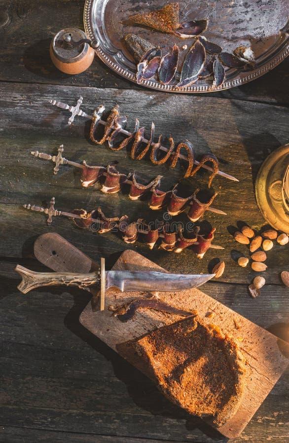 Droog vlees op houten lijst stock afbeeldingen