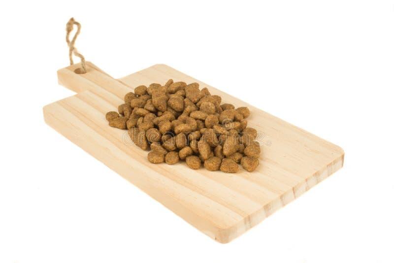 Droog voedsel voor honden of katten op houten scherpe raad Huisdier care royalty-vrije stock foto