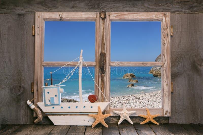 Droom: huis op het strand met blauwe hemelachtergrond stock foto