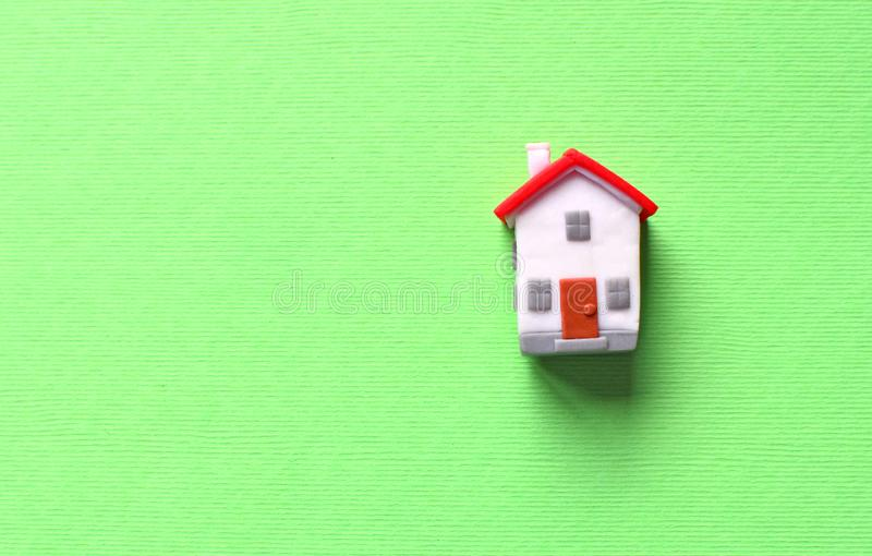 Droom over eigen huisconcept met miniatuurstuk speelgoed huis met rood dak royalty-vrije stock afbeelding