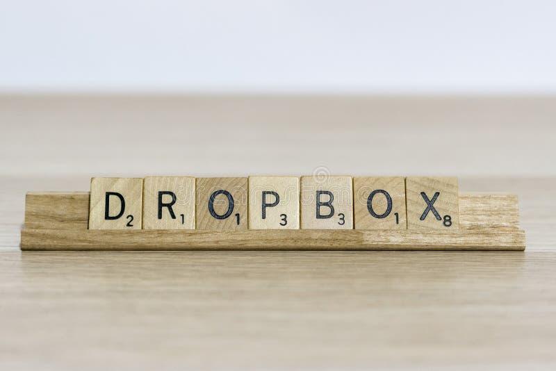 Dropbox - att anv?nda f?r terminologi f?r reng?ringsdukdesign trevar bokst?ver arkivbild