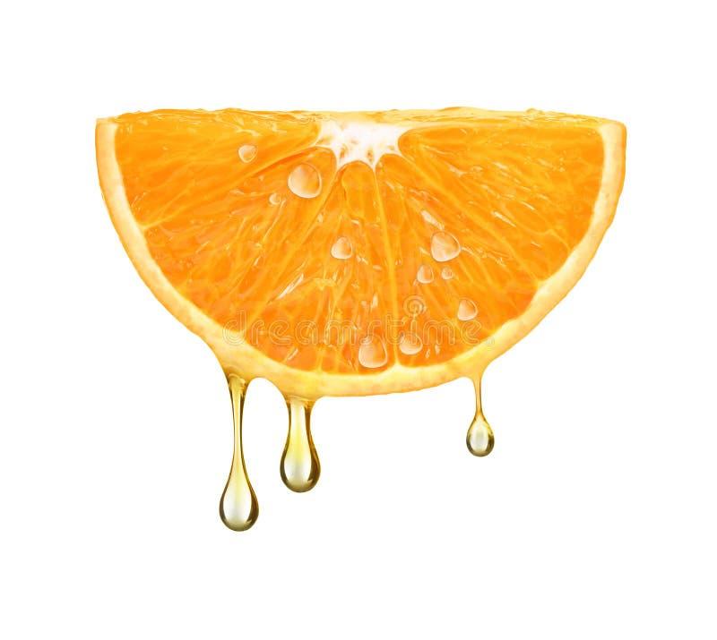 Droppar av fruktsaft som faller från den orange halvan som isoleras på vit fotografering för bildbyråer
