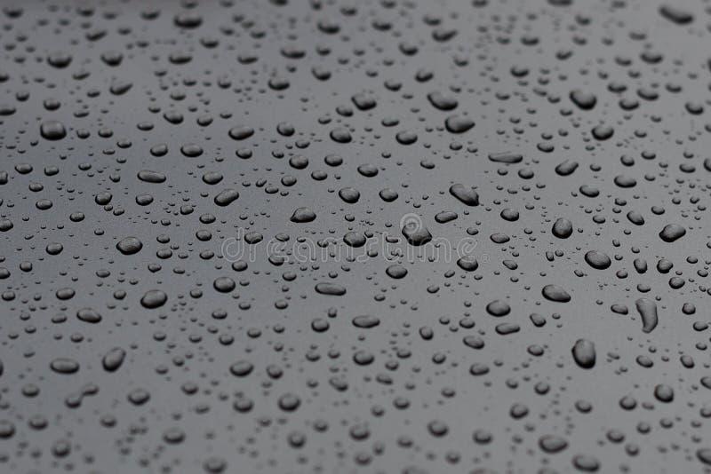 Droppar av vatten på en closeup för metallyttersida royaltyfria foton