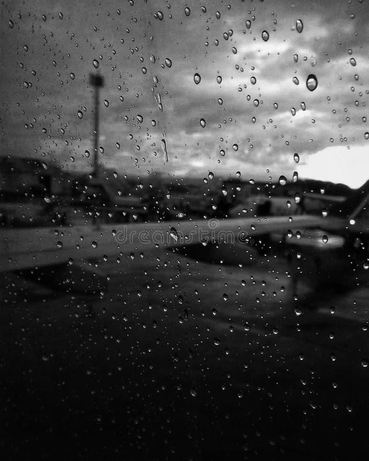 Droppar av vatten på flygplanfönstret arkivbilder