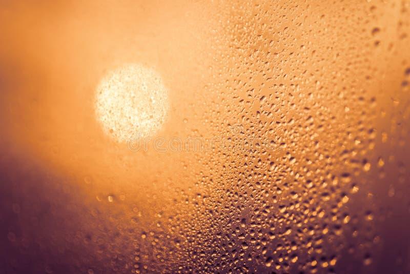 Dropparna på glass bokehbakgrund royaltyfri fotografi