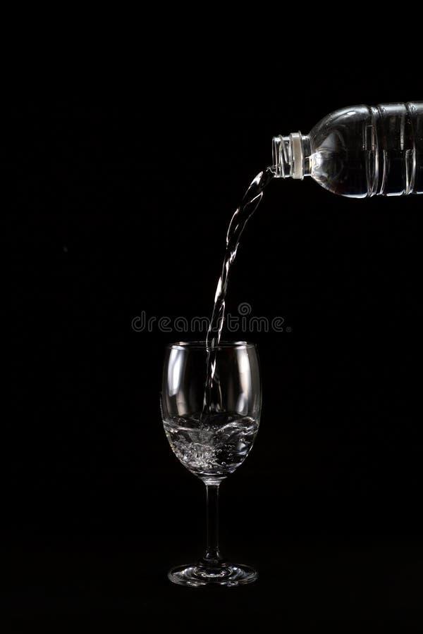 Droppdrinkvatten till exponeringsglas fotografering för bildbyråer