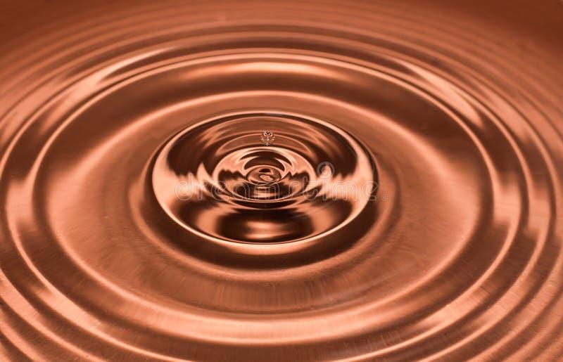 Droppe av vatten, vattenfärgstänk i brun färg arkivbild
