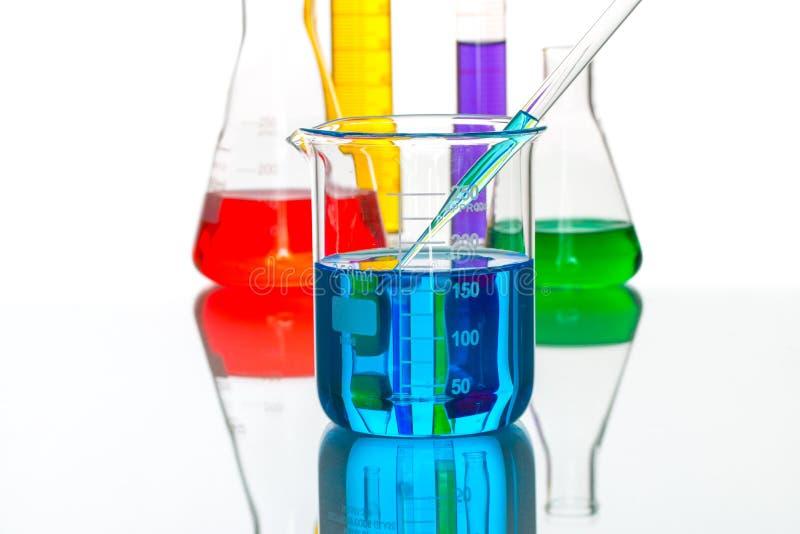 Droppe för pipett för vetenskapslaboratoriumglasföremål, reflekterande vitbaksida royaltyfria bilder