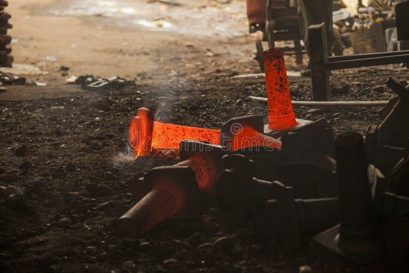Droppe förfalskad hammare i smideprocess arkivbild
