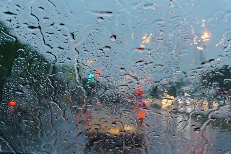 Droppe på exponeringsglas, medan regna arkivfoto