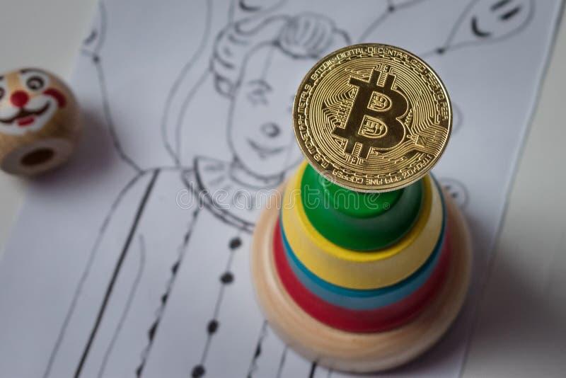 Droppen i bitcoinhastigheten Bitcoin på bakgrundsclownpyrami royaltyfri bild