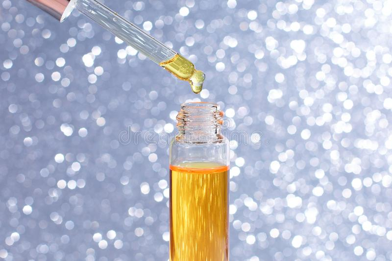Dropper πρότυπο μπουκαλιών γυαλιού Η ελαιούχος πτώση μειώνεται από το καλλυντικό σιφώνιο στο ελαφρύ υπόβαθρο, το έμβλημα ή το πρό στοκ φωτογραφία με δικαίωμα ελεύθερης χρήσης