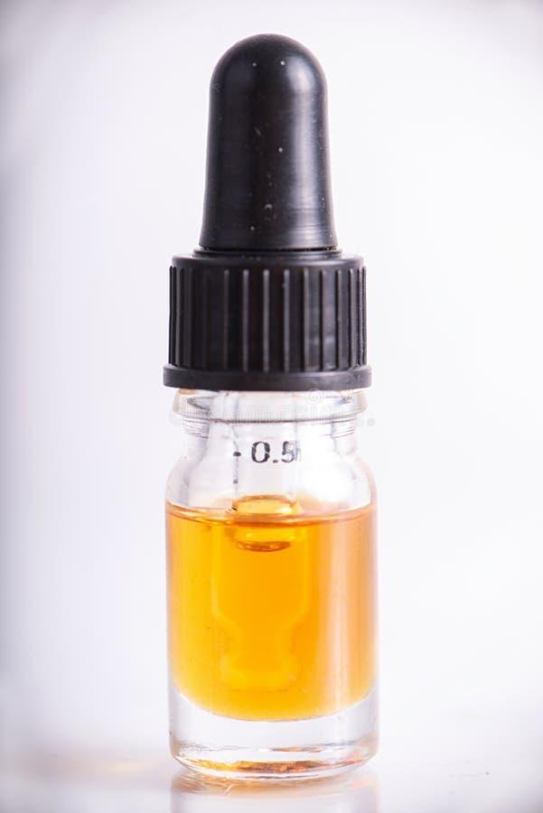 Droppglassen med CBD-olja, cannabis bor isolerad kådaextraktion royaltyfria bilder