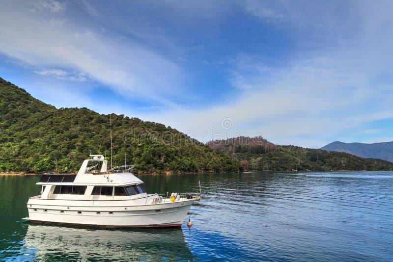 Drottning Charlotte Sound, Nya Zeeland Ett fartyg i en av öppningarna royaltyfri bild
