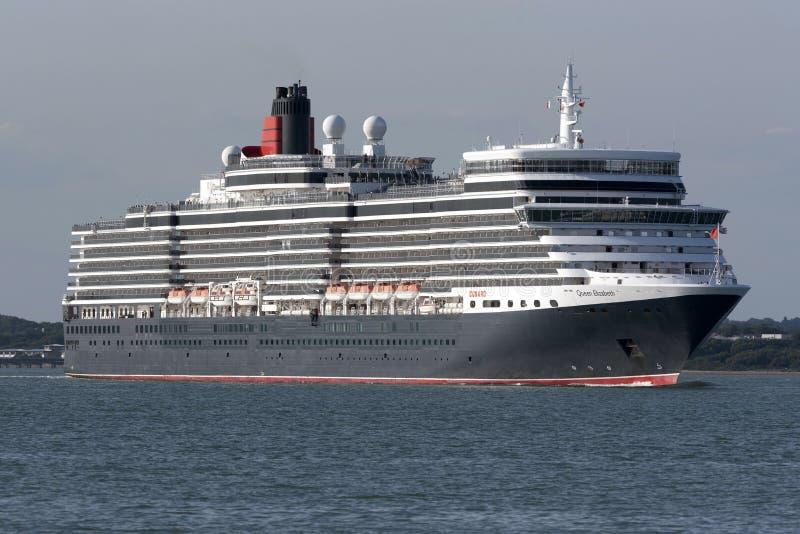 Drottning Elizabeth för kryssningskepp på Southampton vatten UK arkivbild