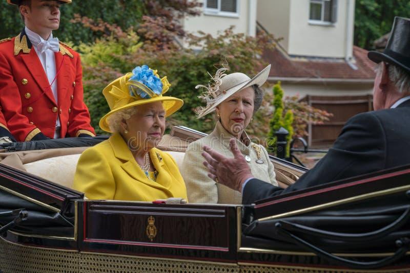 Drottning- och för prinsessa Anne en - rutt till kungliga Ascot 2018 arkivfoto
