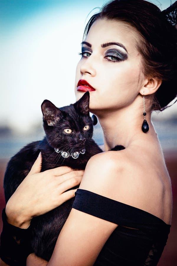Drottning och katt arkivbilder