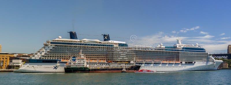 Drottning Victoria för kryssningskepp av cunardskeppflottan som anslutas i Sydney Harbour på en härlig blå dag, Australien royaltyfria bilder