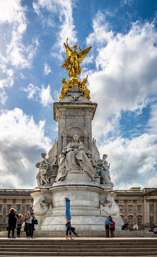 Drottning Victoria Memorial framme av Buckingham Palace arkivfoton