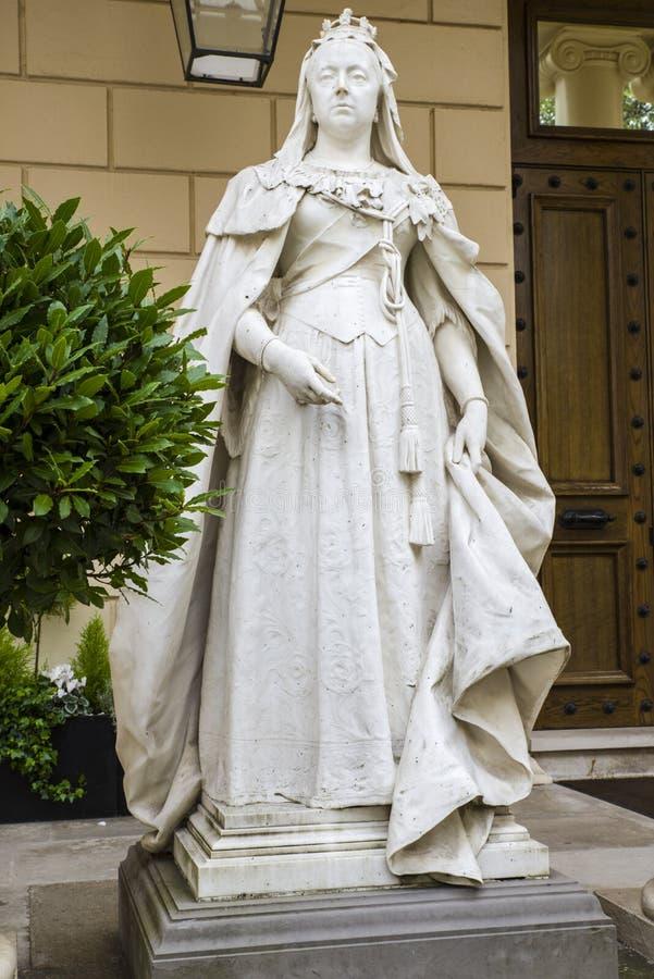 Drottning Victoria Statue i London royaltyfri foto