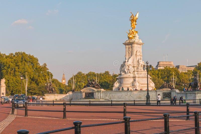 Drottningen Victoria Memorial lokaliserade framme av Buckingham Palace ledare royaltyfri fotografi