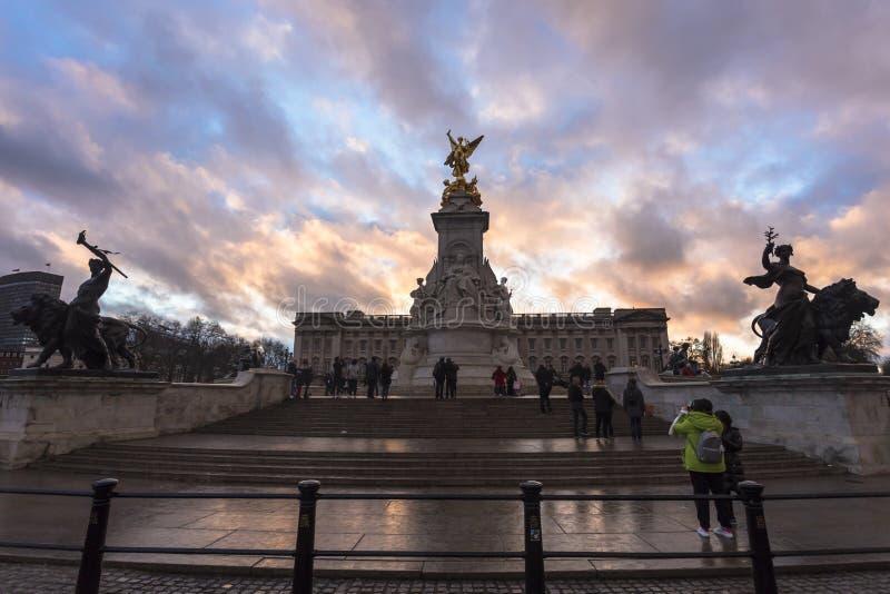 Drottningen Victoria Memorial Drottningen Victoria Memorial lokaliseras framme av Buckingham Palace royaltyfri bild