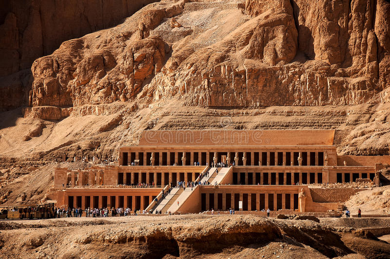 DrottningHatshepsut tempel i forntida Egypten royaltyfri foto