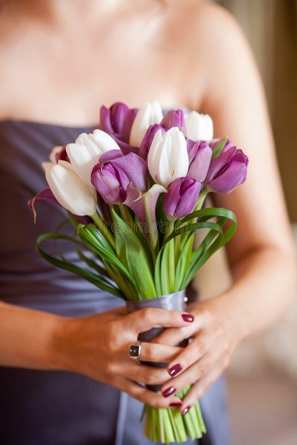 Drużka trzyma bukiet kwiaty fotografia royalty free