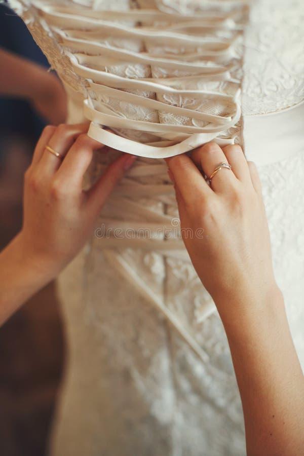Drużka zasznurowywa up gorsecika ślubna suknia zdjęcie stock