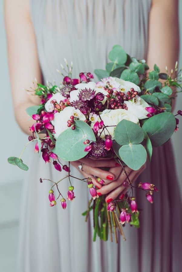 Drużki mienia ślubu kwiaty fotografia stock