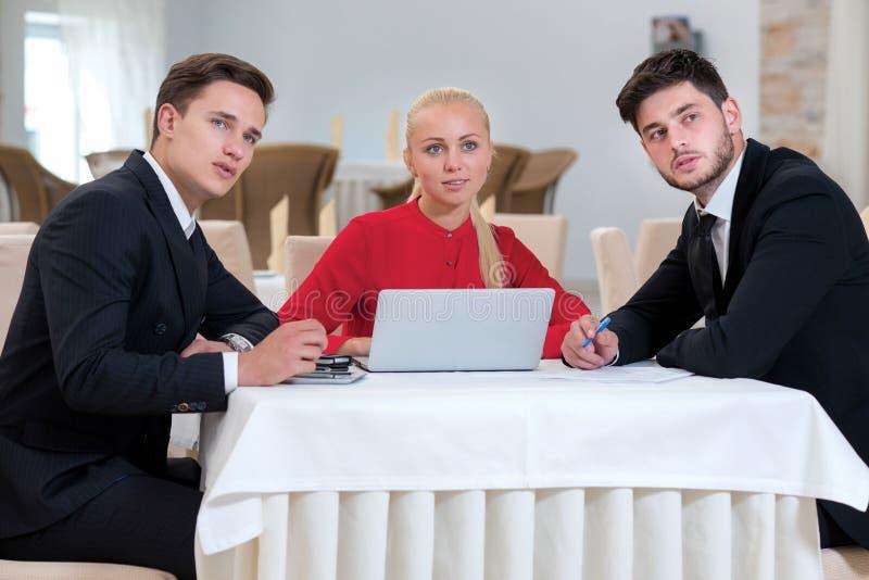 Drużyna biznesmeni pracuje na projekcie obrazy stock