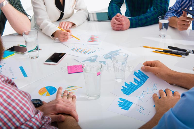 Drużyna biznesowa osoba pracuje wpólnie na firm statystykach 3d czarny pojęcia ilustraci odosobniona praca zespołowa zdjęcie royalty free