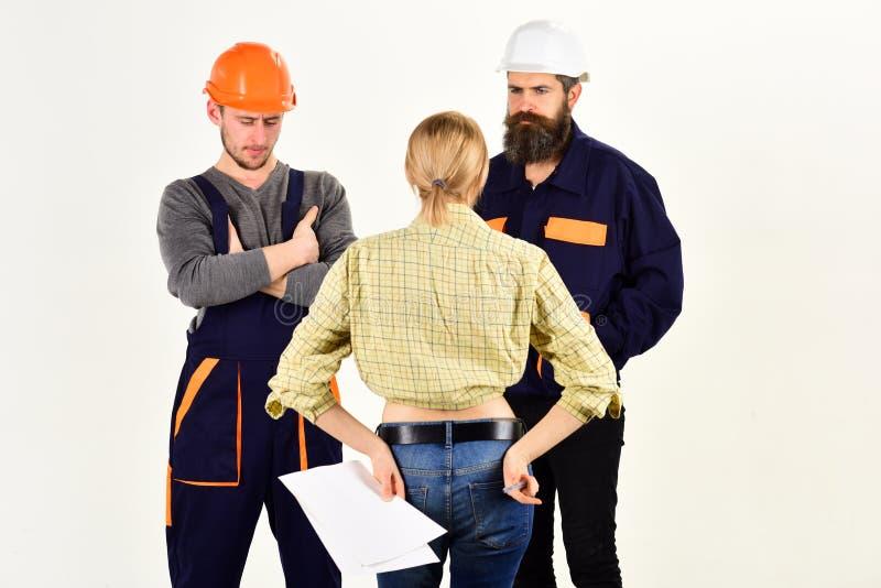 Drużyna budować z Mężczyźni i kobieta budowniczowie pracuje w drużynie Fachowi ludzie pracuje na budowa projekcie zdjęcie stock