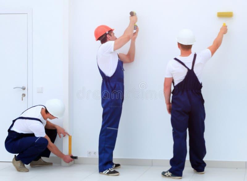 Drużyna budowniczych apretery pracuje indoors obraz stock